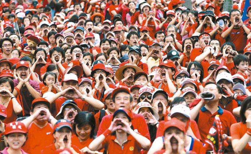 2006年10月10日,反貪倒扁總部發起天下圍攻行動,民眾穿紅衣戴紅帽,對正在府前國慶典禮致詞的陳水扁吶喊「阿扁下台」。圖/聯合報系資料照片