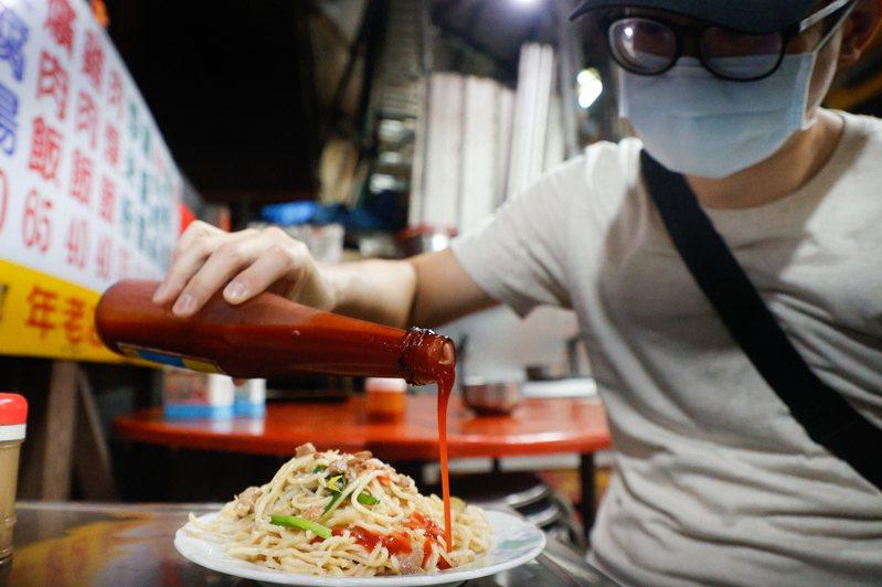 阿倫表示,在外多年雖然已經漸漸接受越南料理,但他最想念的還是台式炒麵淋上東泉辣椒醬。記者黃仲裕/攝影