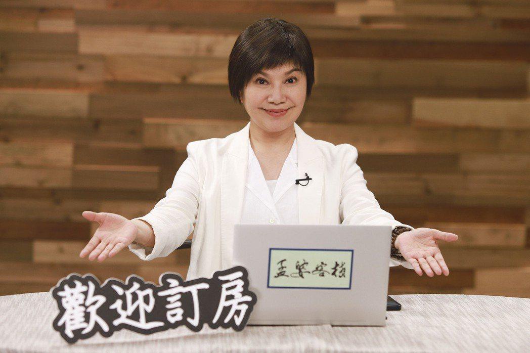 唐美雲與影評人介紹「孟婆客棧」。圖/公視台語台提供