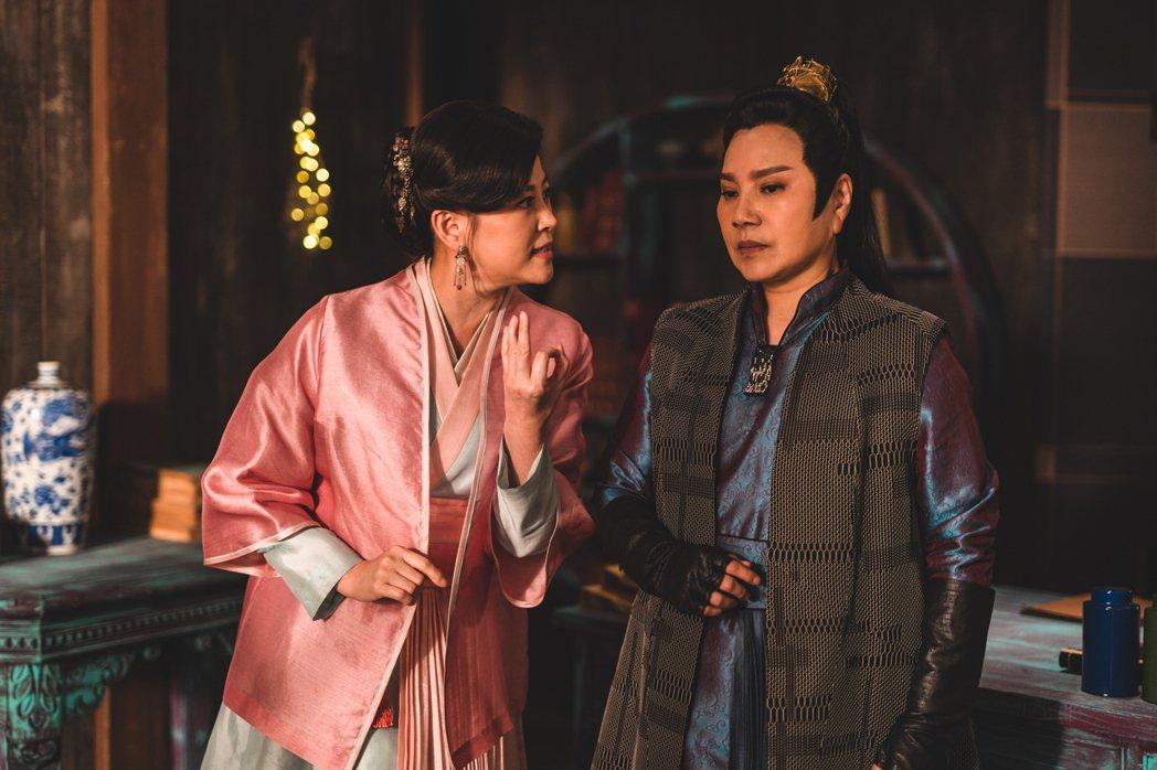 方馨(左)與唐美雲在「孟婆客棧」有鬥嘴情節。圖/公視台語台提供