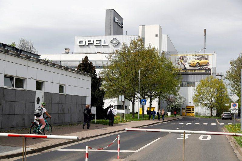 歐寶汽車9月說,由於缺半導體,該公司將關閉位於艾森納赫的工廠,直到明年。圖為行人經過艾森納赫的歐寶汽車工廠。路透
