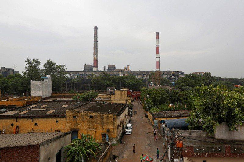 印度全國電力有70%以上來自燃煤發電,圖為位於新德里的一間燃煤電廠。路透