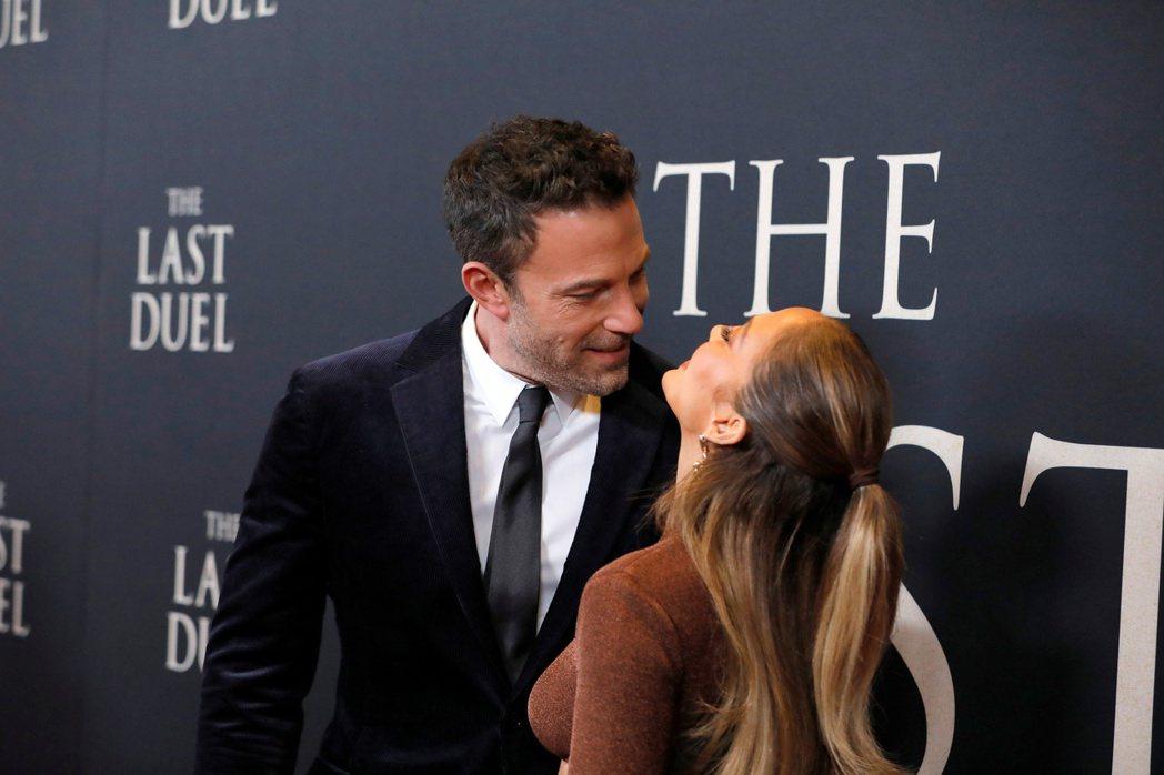 班艾佛列克(左)和珍妮佛洛佩茲在新片首映會繼續大曬恩愛。(路透)