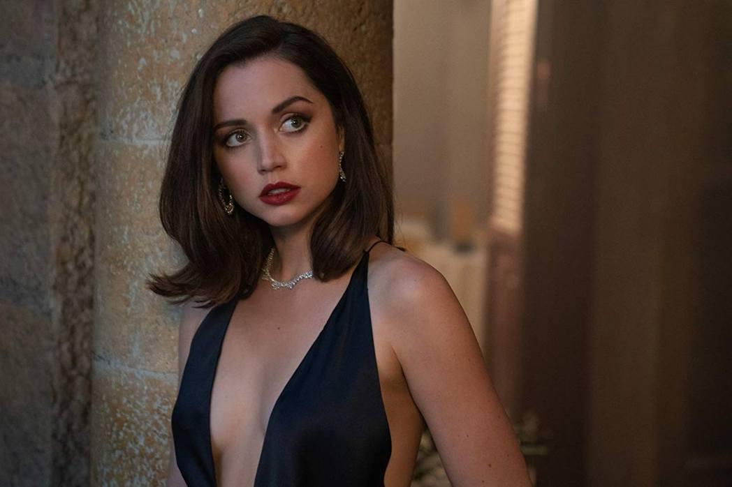 安娜迪阿瑪斯在「007 生死交戰」性感搶眼。圖/摘自imdb