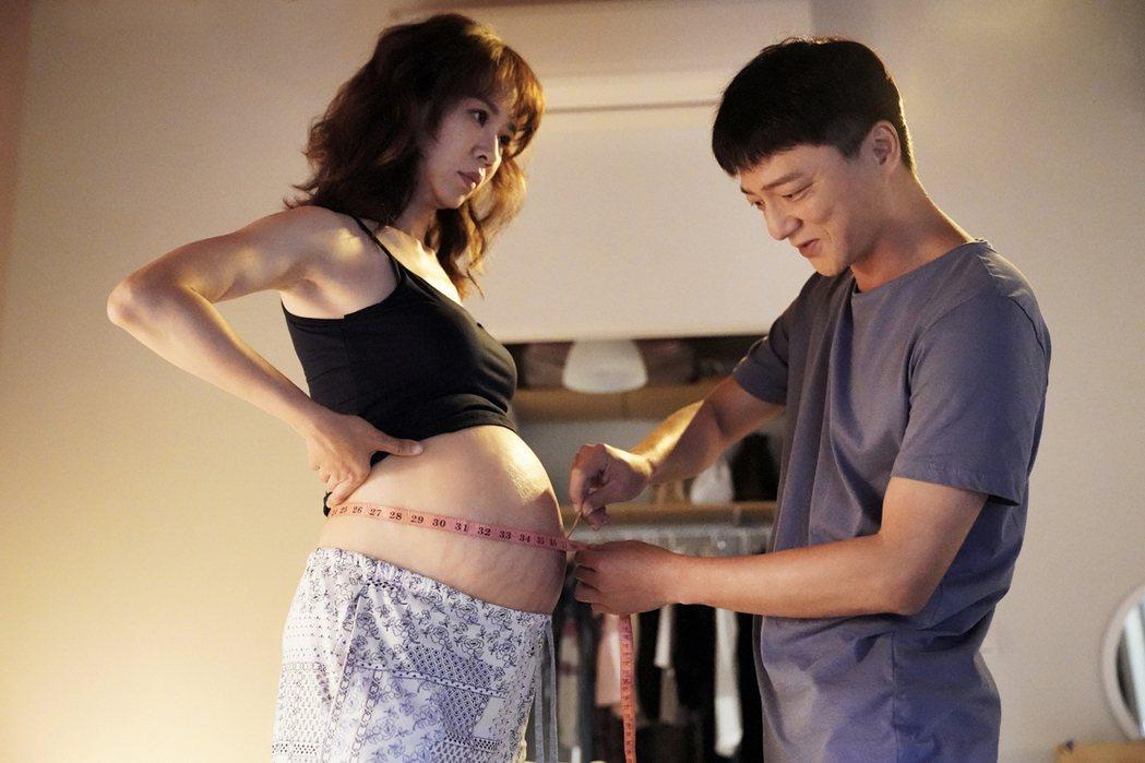 謝盈萱(左)、藍葦華演出「俗女2」森玲CP。圖/華視、CATCHPLAY提供
