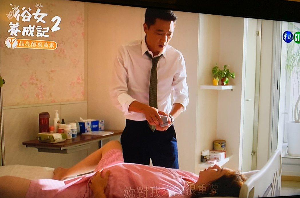 「俗女2」中,嘉玲(謝盈萱飾)生產陣痛之際,蔡永森(藍葦華飾)求婚。圖/翻攝華視