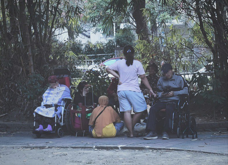 因疫情湧現的外籍看護移工荒,更凸顯台灣長期倚賴外籍人力支撐高齡者照顧,以及長照2.0的隱憂。記者蔡容喬/攝影