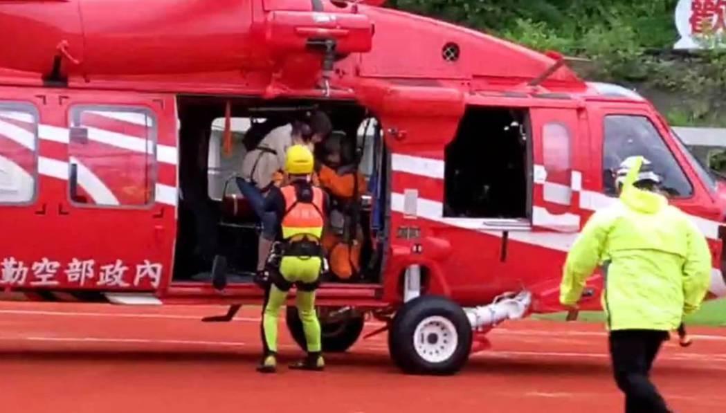 出動直升機救出16名受困南澳神秘沙灘遊客。圖/民眾提供