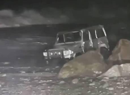 影/別人的賓士大G卡沙灘出口 害露營客需直升機救援