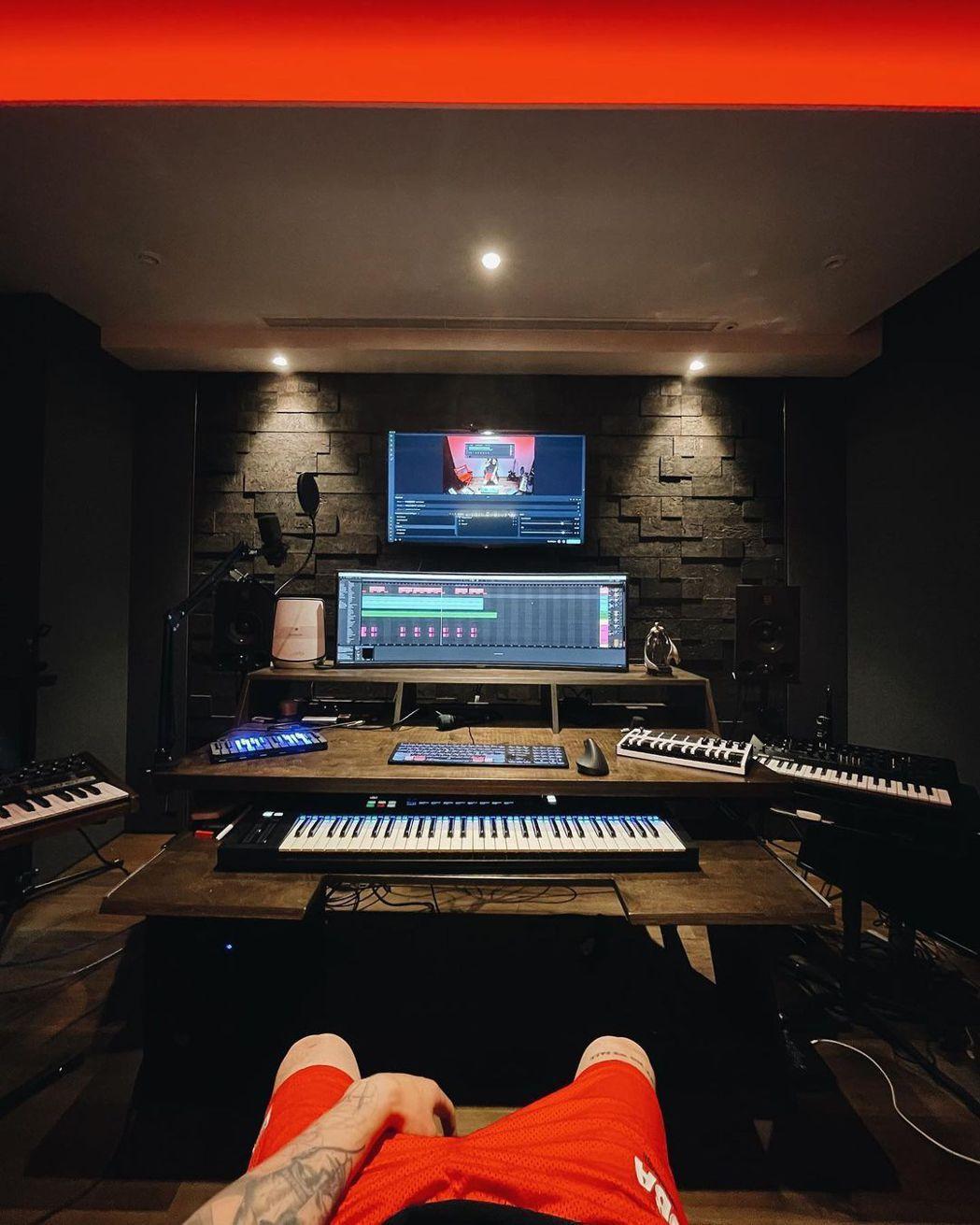 ØZI花了上百萬裝潢錄音室。圖/摘自IG