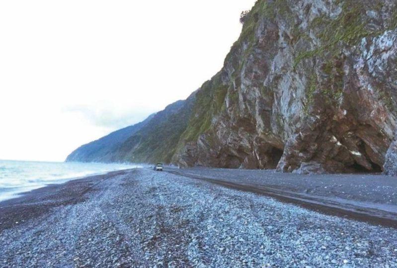 宜蘭南澳神秘沙灘緊鄰蔚藍大海與峭壁,大大小小的海蝕洞,美景天成,但近年來遊客落水意外頻傳,暗藏致命危險。圖/民眾提供