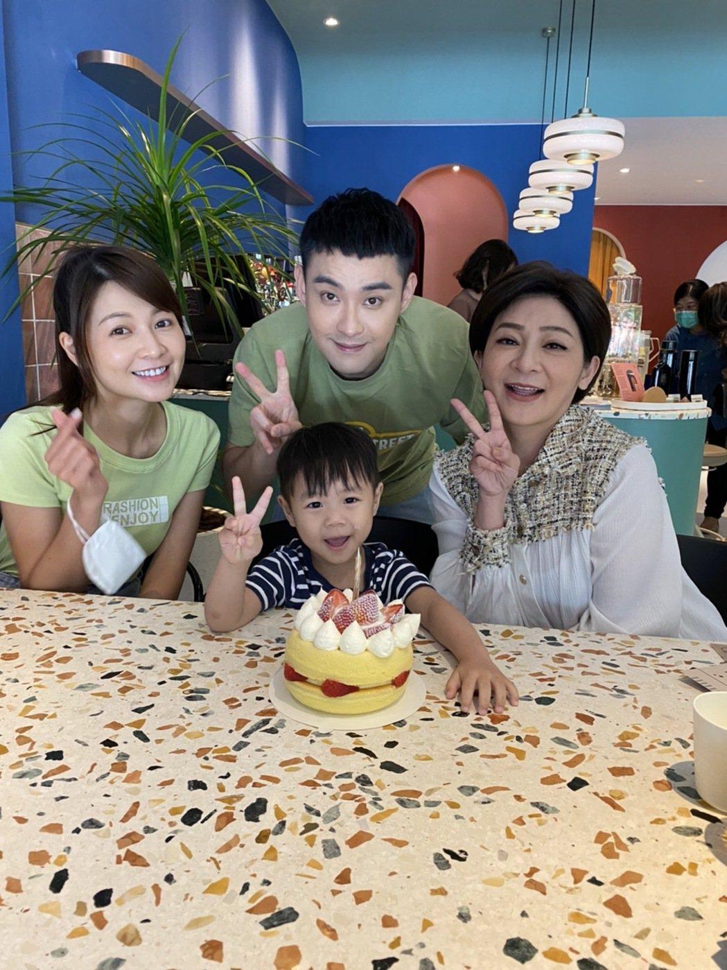 王彩樺(右起)、潘柏希、謝京穎為「黃金歲月」中的小天寶慶祝3歲生日。圖/民視提供