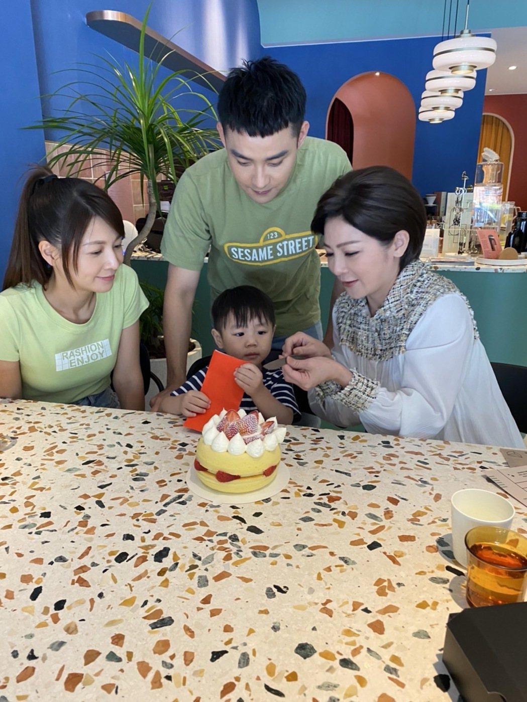 王彩樺(右起)、潘柏希、謝京穎為「黃金歲月」中的小天寶慶生。圖/民視提供