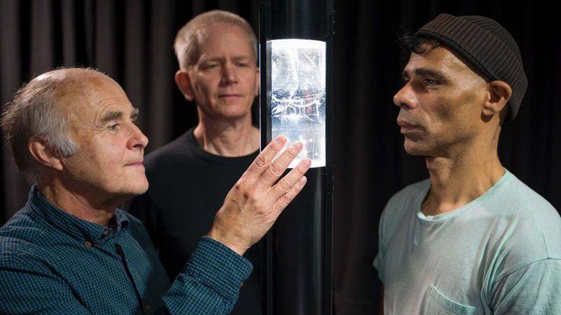 藝術家比尼蒂(右)在冰川學家穆瓦尼(左)和工程師陶德(中)的協助下,製作出「1765 - 南極空氣」玻璃雕塑品。圖/英國南極調查局