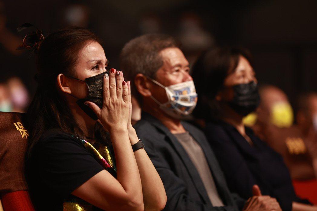 陳志遠遺孀陳若葵(左)聽到將拍攝陳志遠紀錄片並製作音樂劇,當場感動落淚。圖/典選
