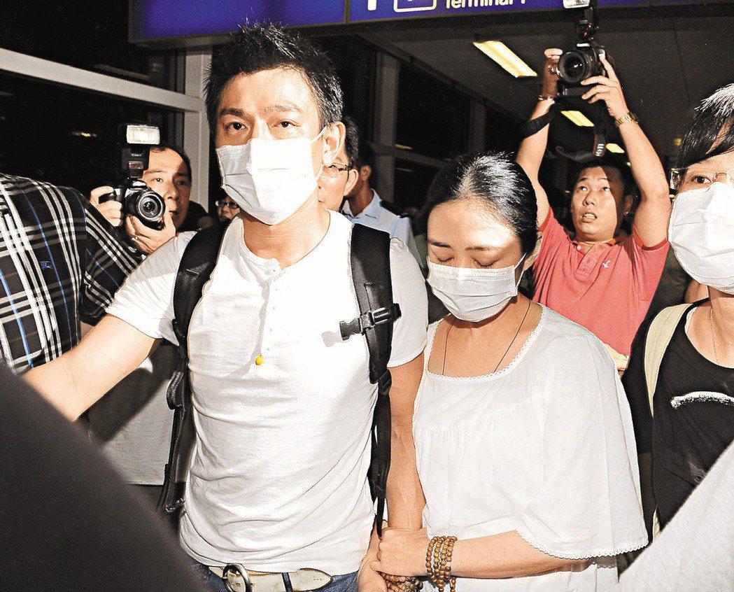 劉德華(左)機場護妻,又傳出朱麗倩懷孕消息。(本報資料照片)