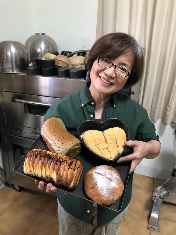 退休國文老師楊秀華鑽研烘焙十年磨一劍,客製化西點麵包供不應求。 圖/周宗禎 攝影