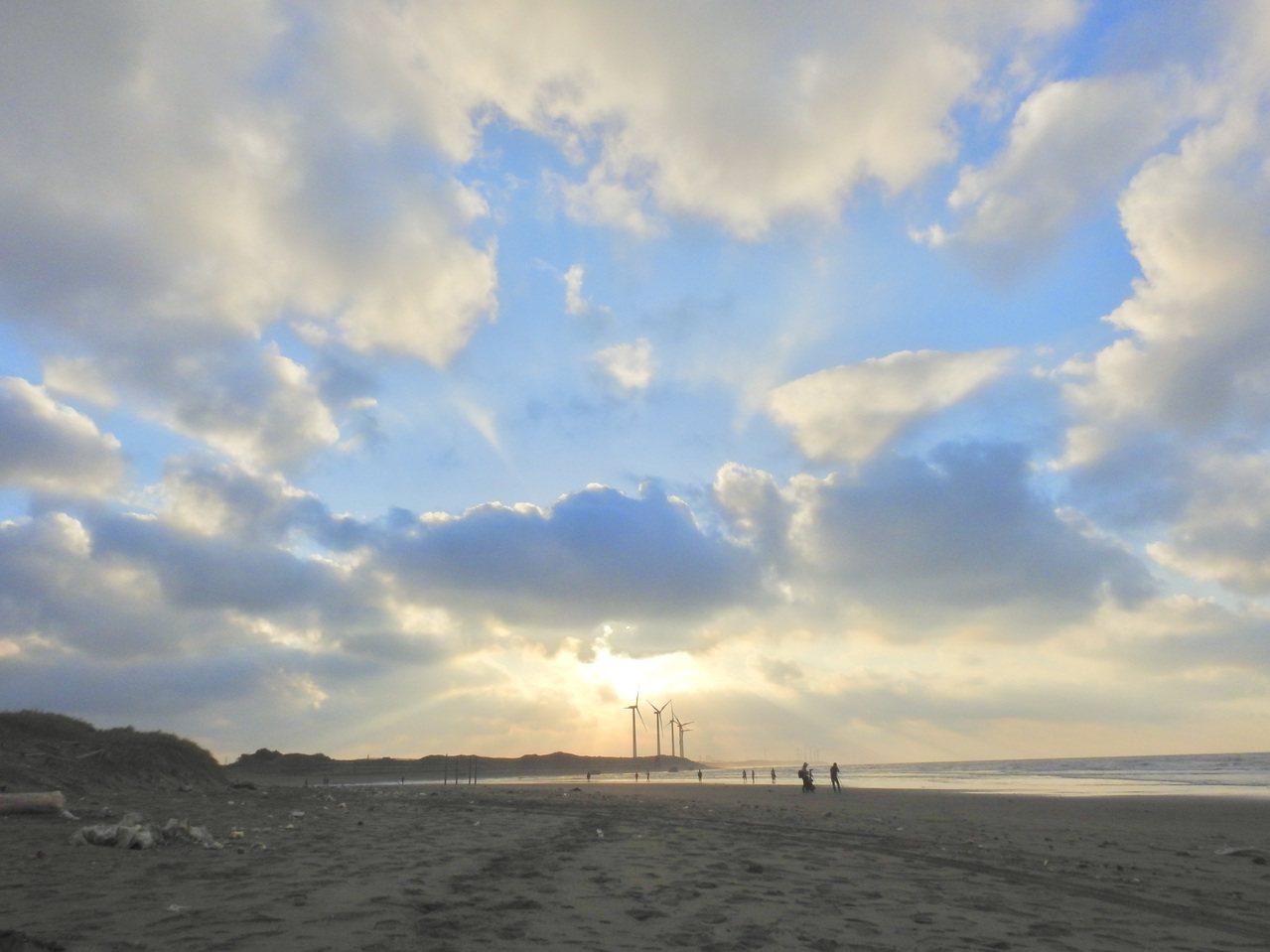 許厝港濕地旁有大片沙灘,秋冬常見鷸鴴科候鳥棲息。 圖/曾健祐 攝影