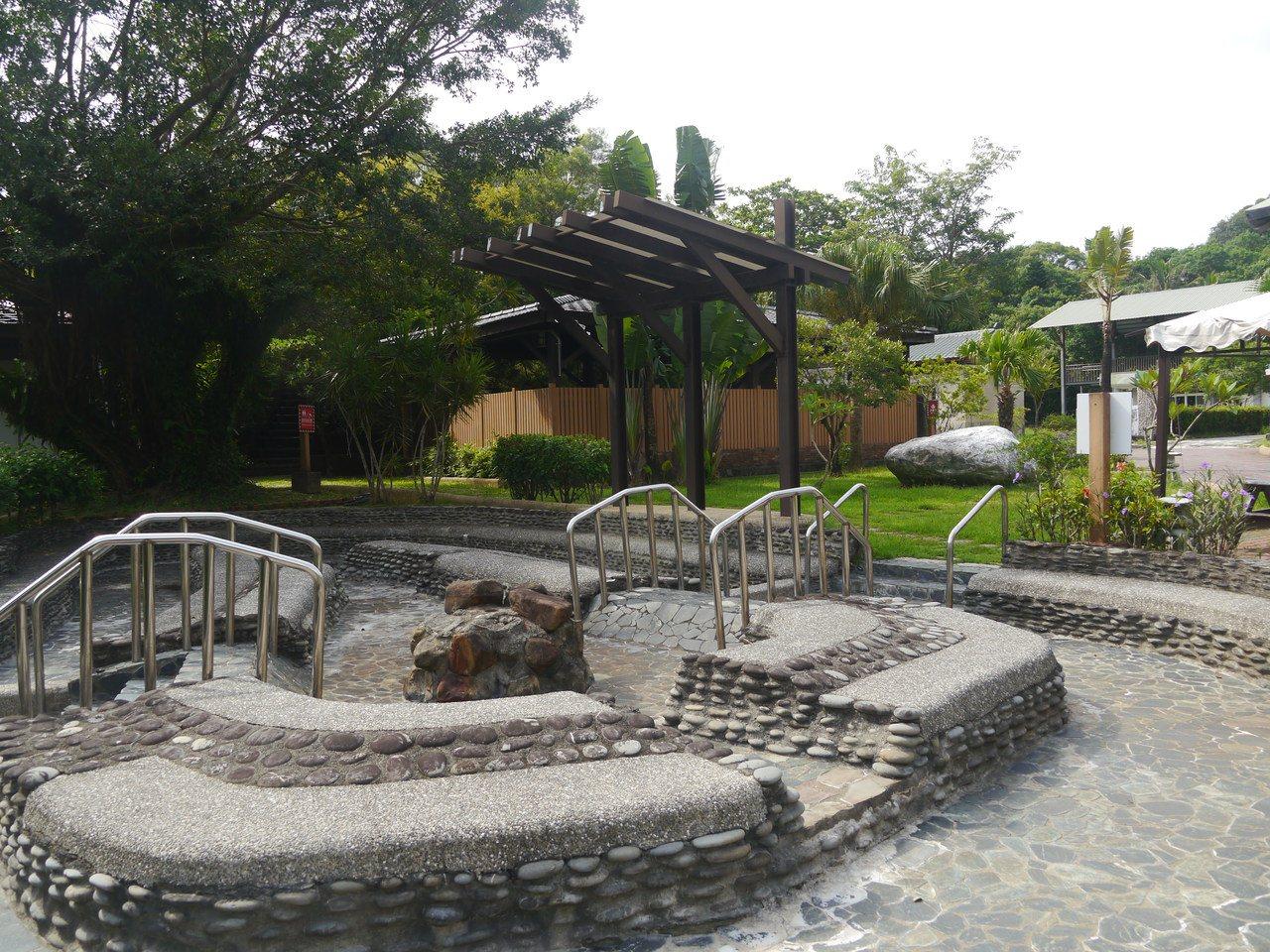 旭海溫泉屬於碳酸泉,設置大眾戶外泡湯池。 圖/徐白櫻 攝影