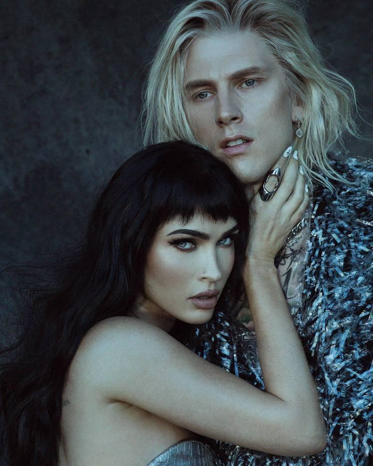 梅根福克斯(左)與男友機關槍凱利一同登上男性時尚雜誌《GQ Style》。圖/摘...