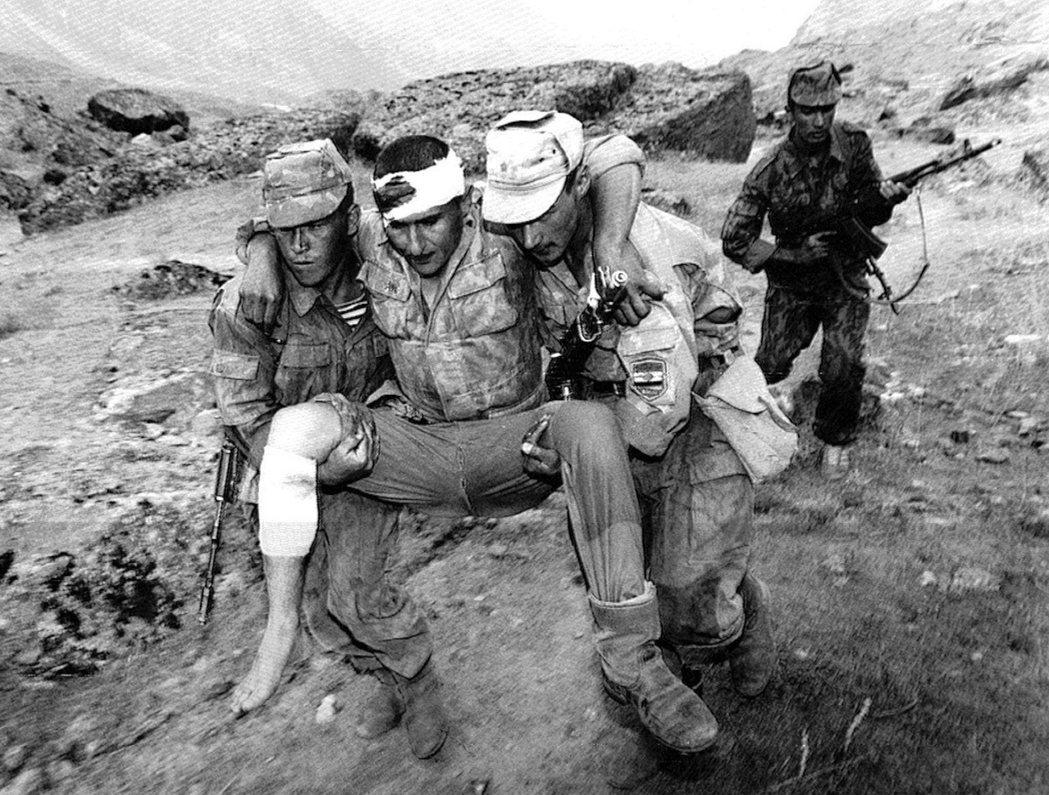 圖為塔吉克內戰中,受重傷的總統派軍隊。在1997年的終戰和談中,幾支反對派的原教...