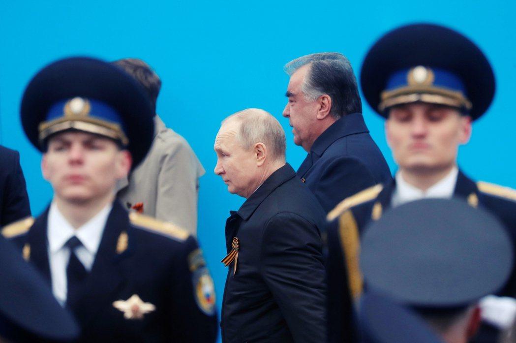 圖為訪問莫斯科與俄國總統普丁互動的拉赫蒙。 圖/歐新社