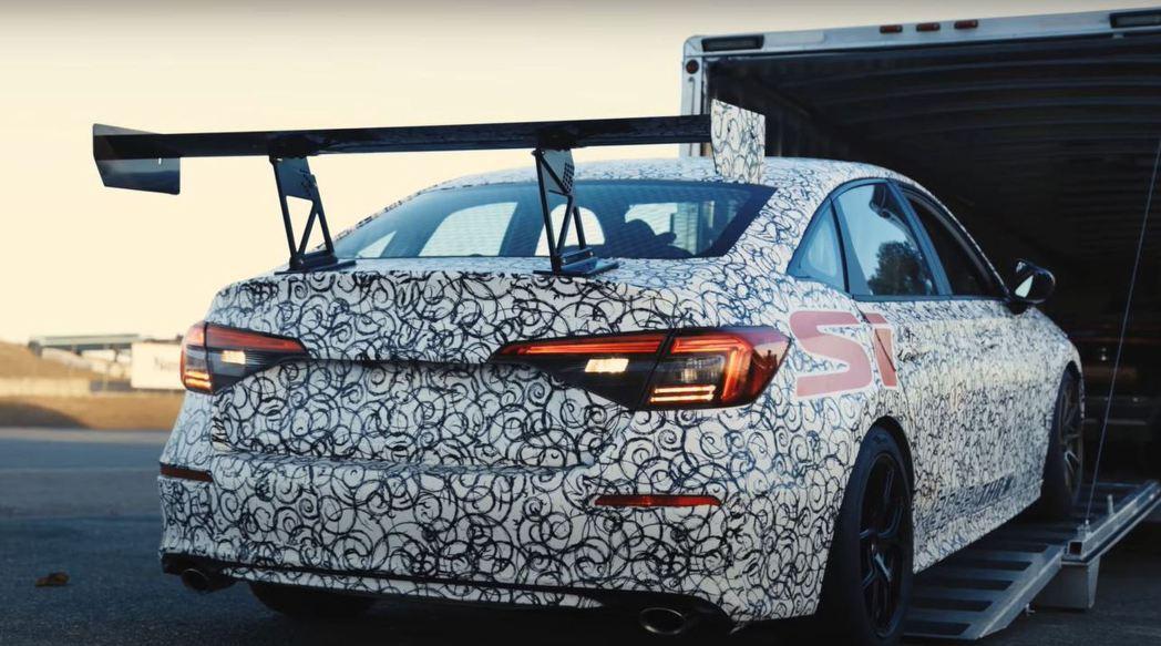 全新Honda Civic Si賽車裝有巨大的GT尾翼。 摘自Honda