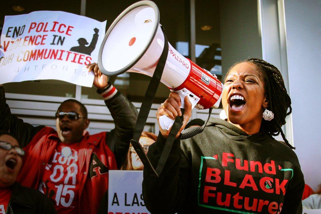 《無所畏懼:黑人的命也是命》跟隨兩位年輕黑人女性主義者、酷兒倡議者的腳步,如實紀...