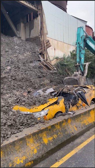 計程車清晨開車路過砂石廠,卻不幸遭逢意外。 記者楊湛華/攝影