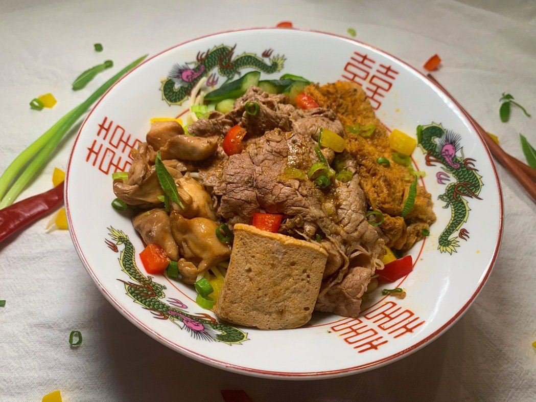 「500案內所」限定的香麻牛肉乾麵,每日限量50份。圖/時寓提供。