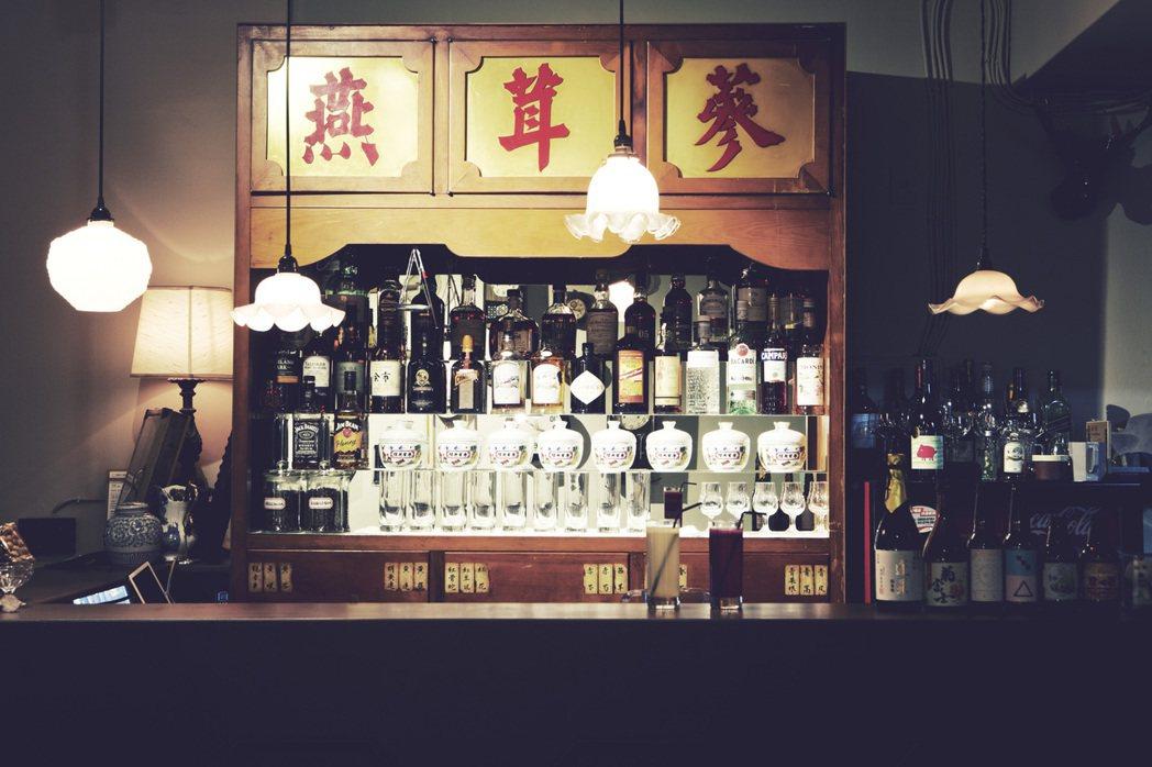 時寓將傳統中藥櫃當作酒櫃,別具復古風情。圖/時寓提供。