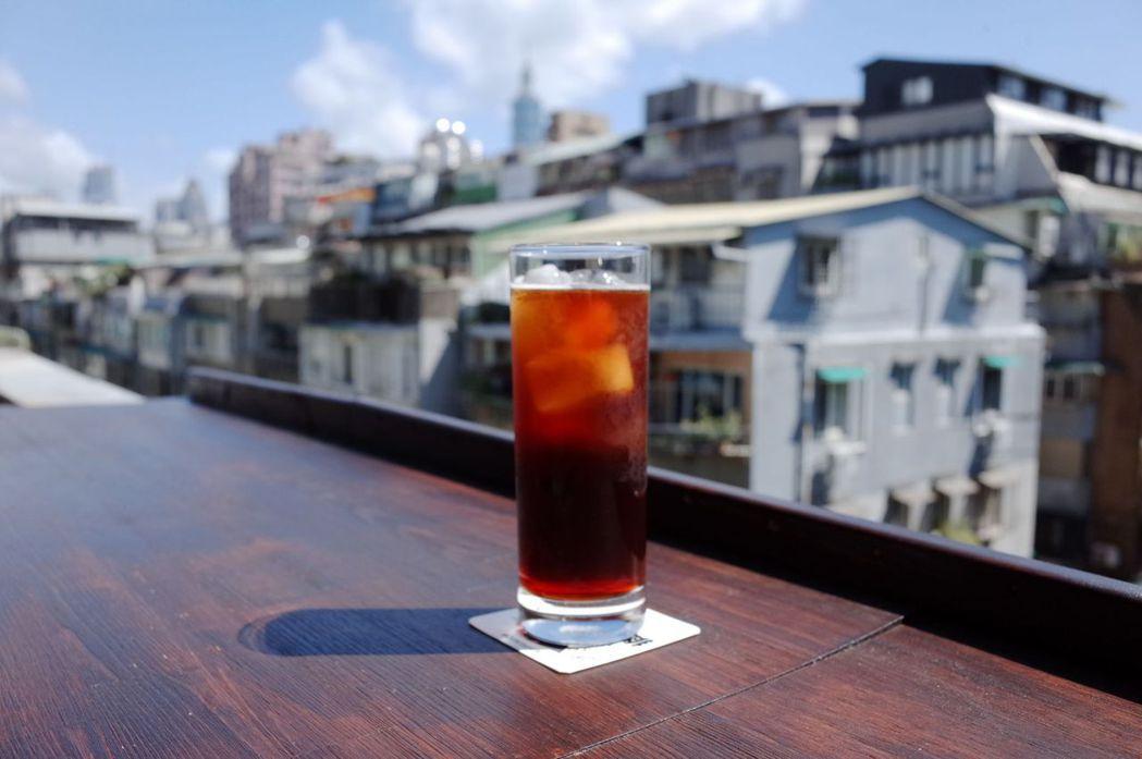 黑山咖啡以自烘的單品手沖為主。圖/黑山咖啡提供。