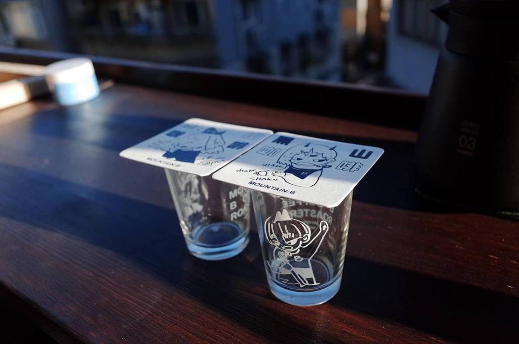 咖啡與插畫都是店主小佑的興趣,將兩者結合,設計了紙杯墊與可愛的啤酒杯。圖/黑山咖...