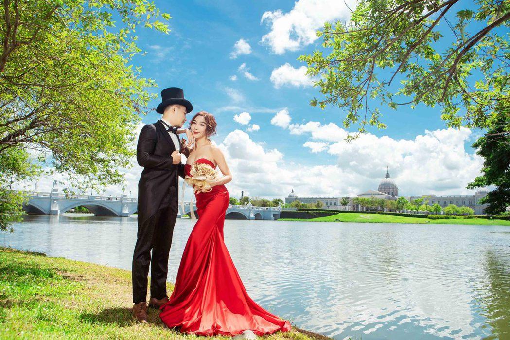 李宓(右)與老公特別規劃劇照感的婚紗。圖/法國巴黎、法國巨星提供