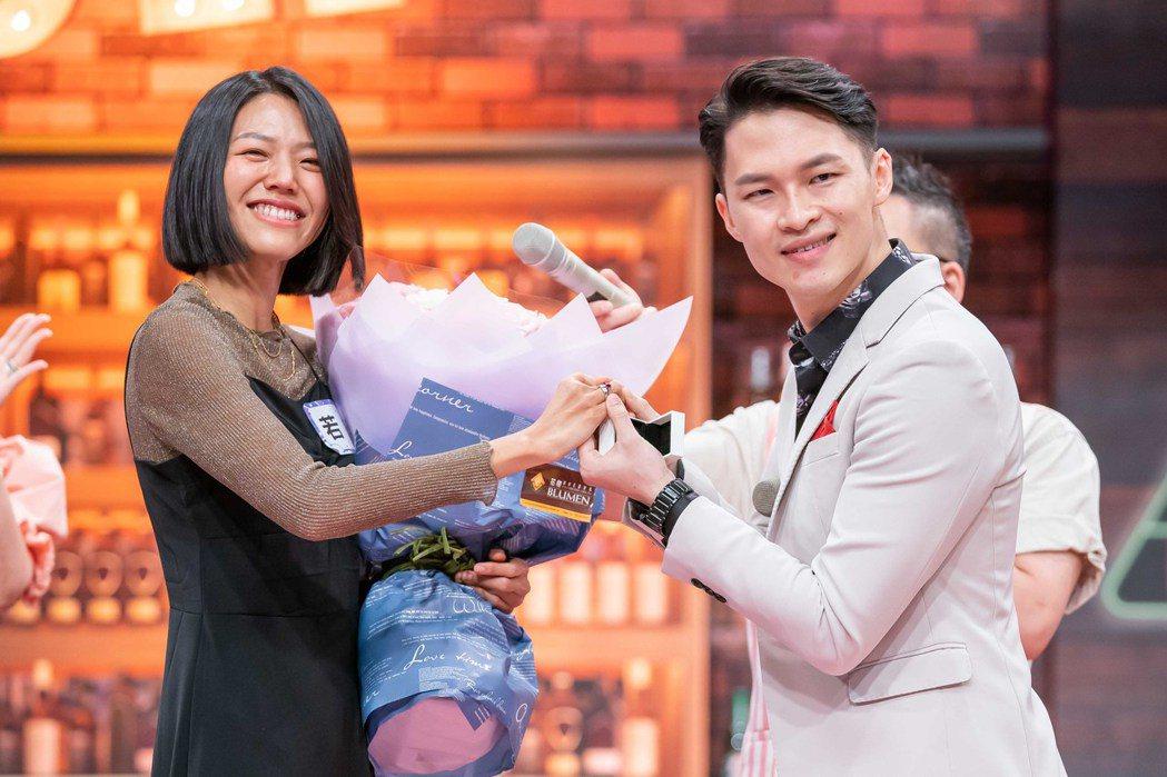 楊昇達(右)在節目上向若綺求婚。圖/TVBS提供