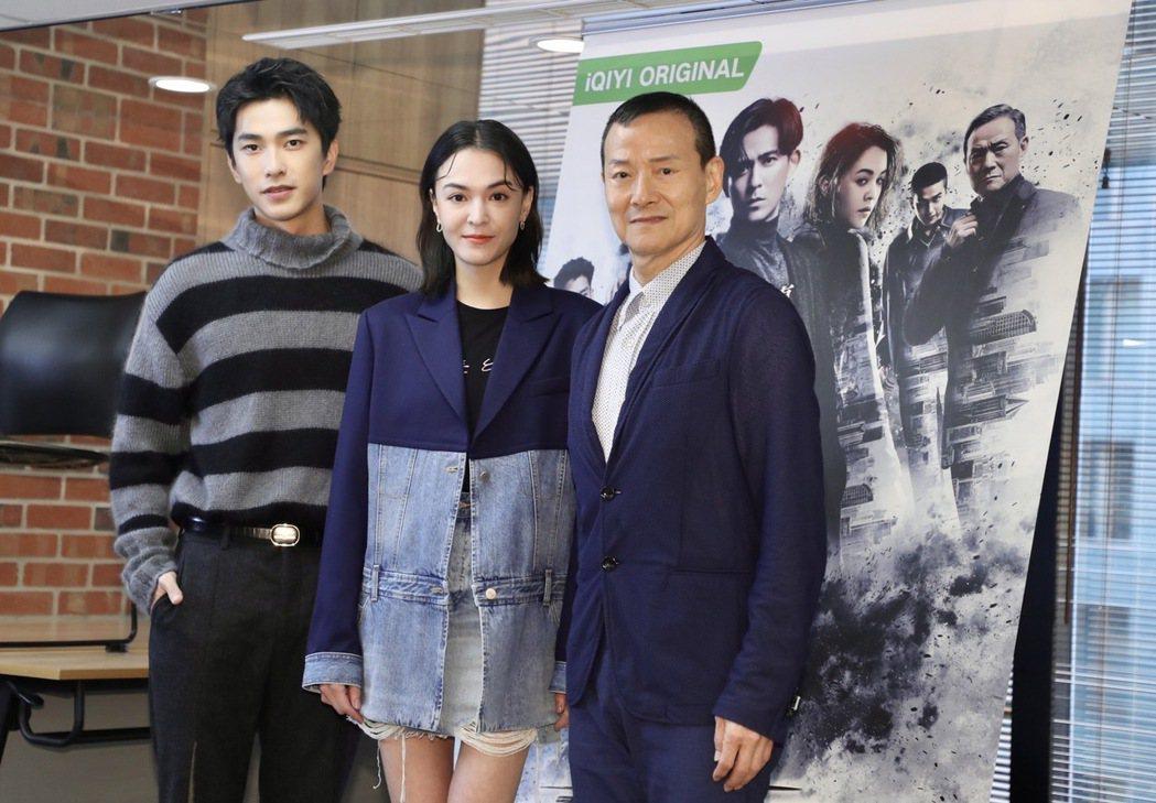 曾敬驊(左起)張榕容和吳興國在「逆局」第二章「微光將近」演出。記者 李政龍/攝影