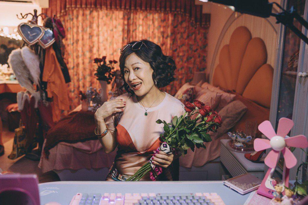 比莉在「媽,別鬧了!」放送心型美胸。圖/Netflix、草舍文化提供