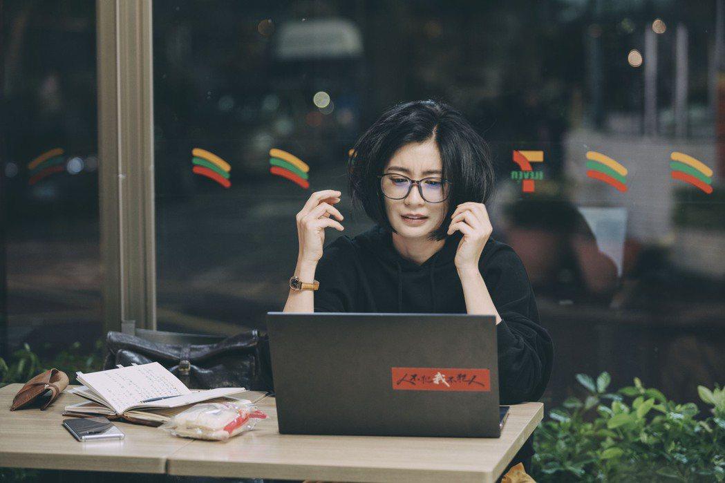 賈靜雯在「媽,別鬧了!」中演出宅女作家,造型返璞歸真以暗色系為主。圖/Netfl...