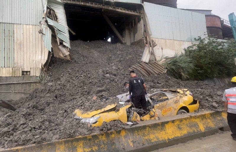 計程車被砂石場廢土壓垮,車頂全毀,戴姓駕駛頭部破裂不幸身亡,葬儀人員協助處理後事。記者楊湛華/攝影
