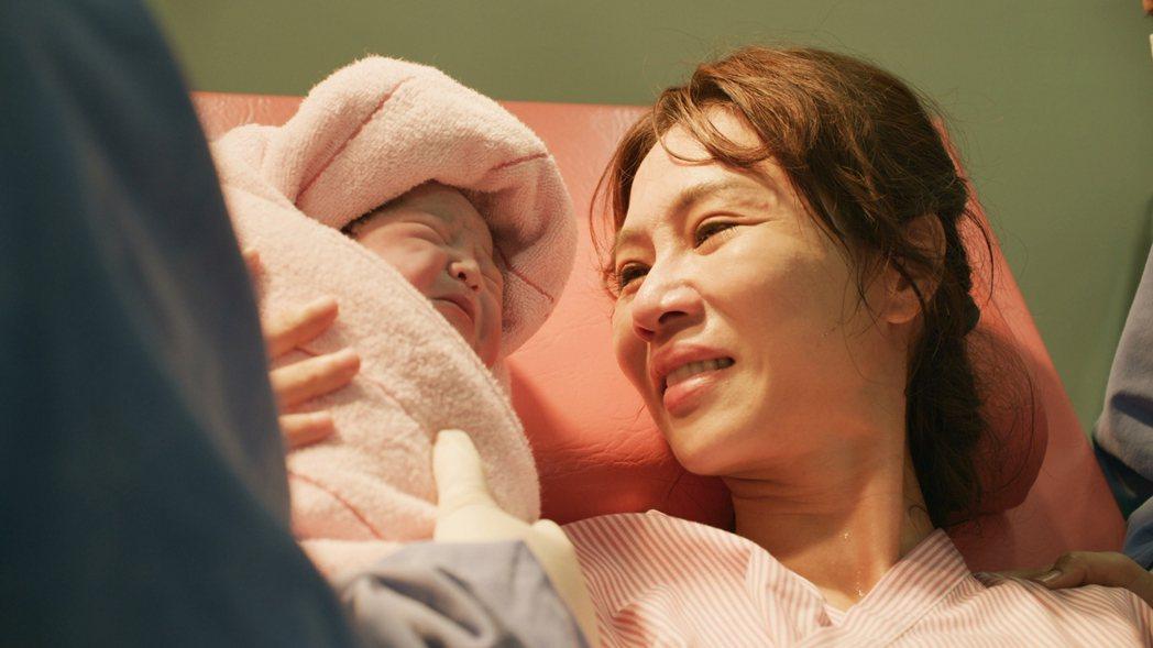「俗女2」陳嘉玲(謝盈萱飾)生下女兒。圖/華視、CATCHPLAY提供