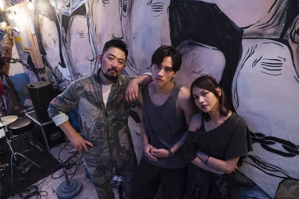 黃姵嘉(右起)、范少勳、阿強演出「四樓的天堂」。圖/公視提供