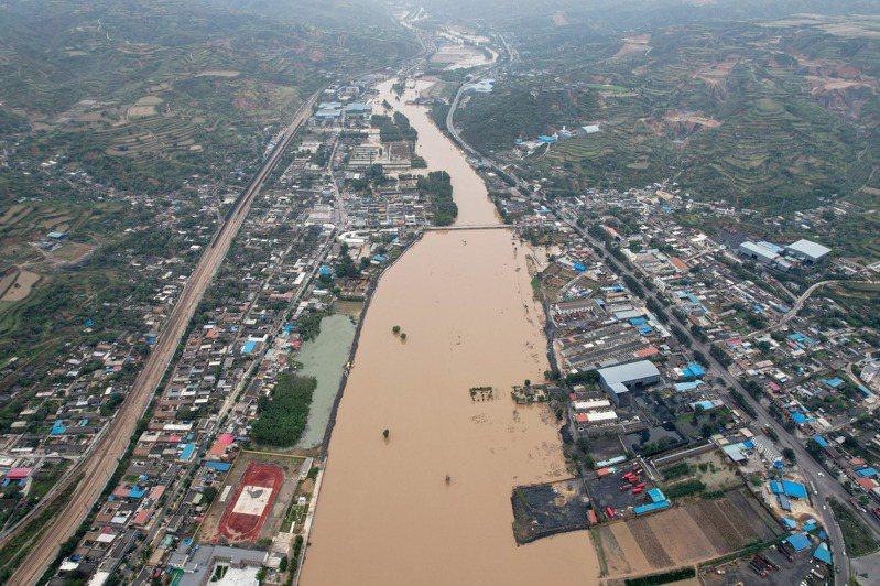 山西省受連續降雨影響,堤岸及沿河部分民房、糧田被淹。中新社