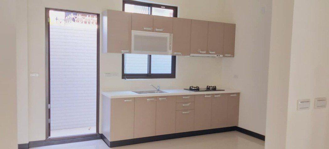 網友po出廚櫃直接擋在大片窗戶的中間。圖擷自臉書社團「極簡風居家裝潢設計」