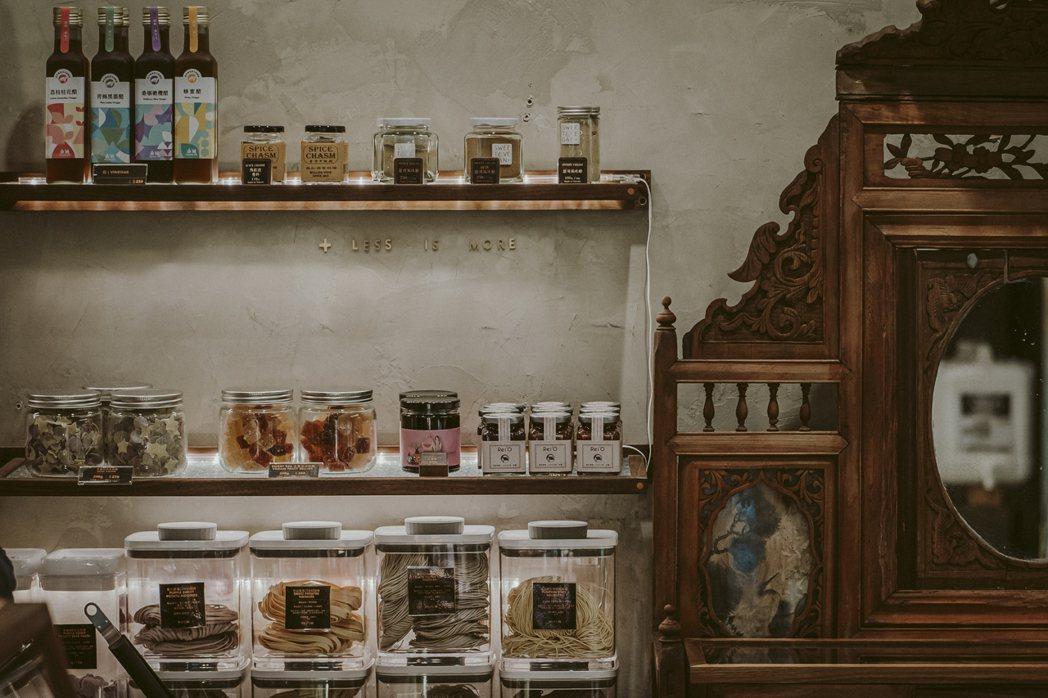 「山盟商行」有著台式雜貨復古風。復古傢俱上、排列整齊的雜糧和生活用品,還有台、歐...
