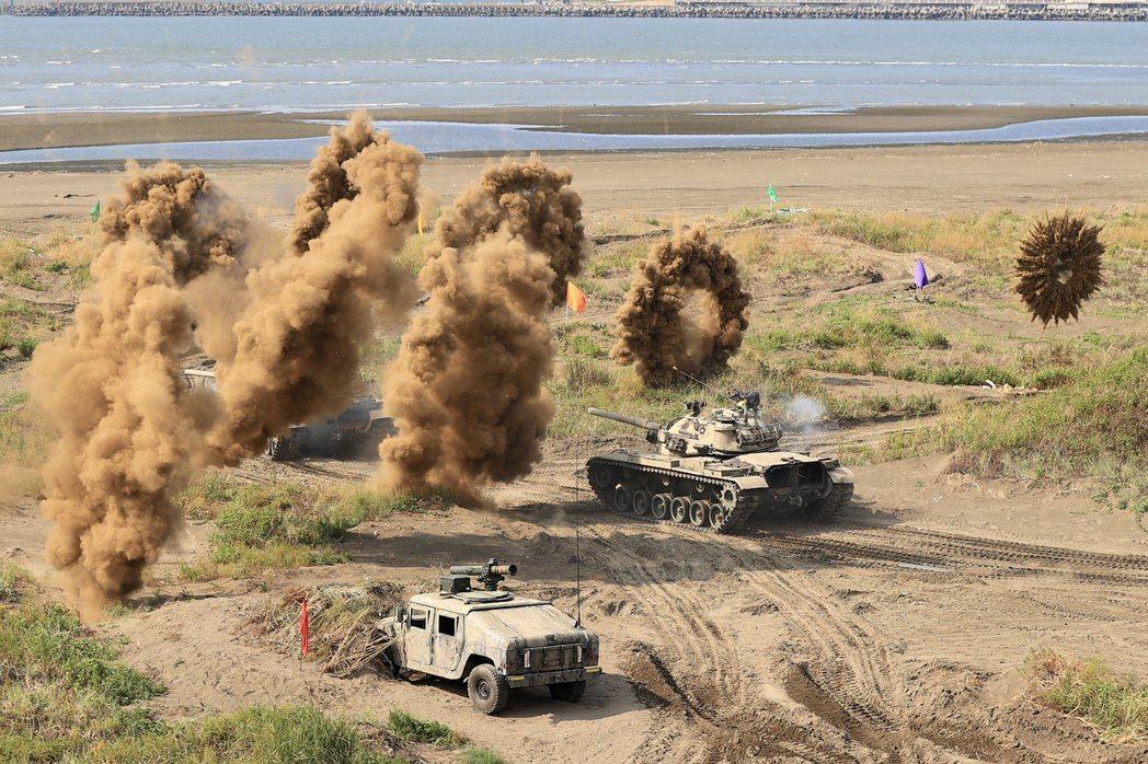 漢光演習第三作戰區「灘岸守備」,M60A3戰車發射空包彈模擬強大火力。 圖/聯合報系資料照片