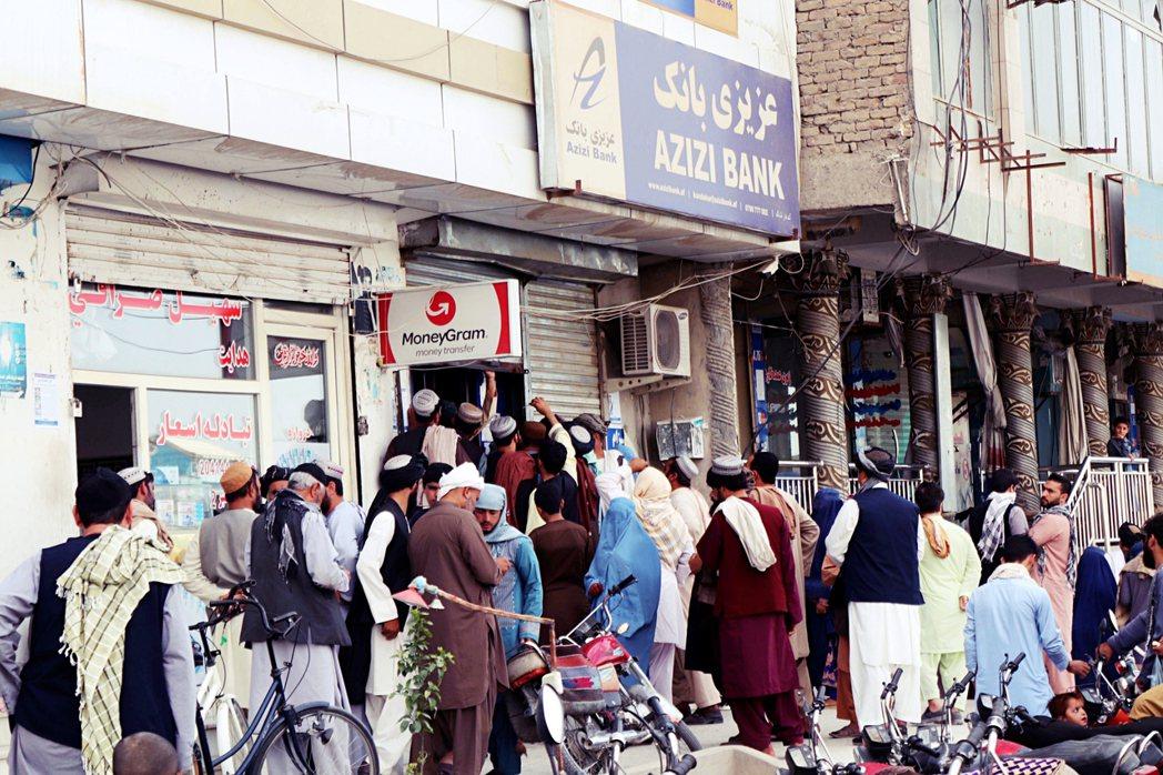 塔利班雖然「完勝奪權」,但卻得面對國庫空虛、國內現金量不足,與匯率嚴重貶值的混合...