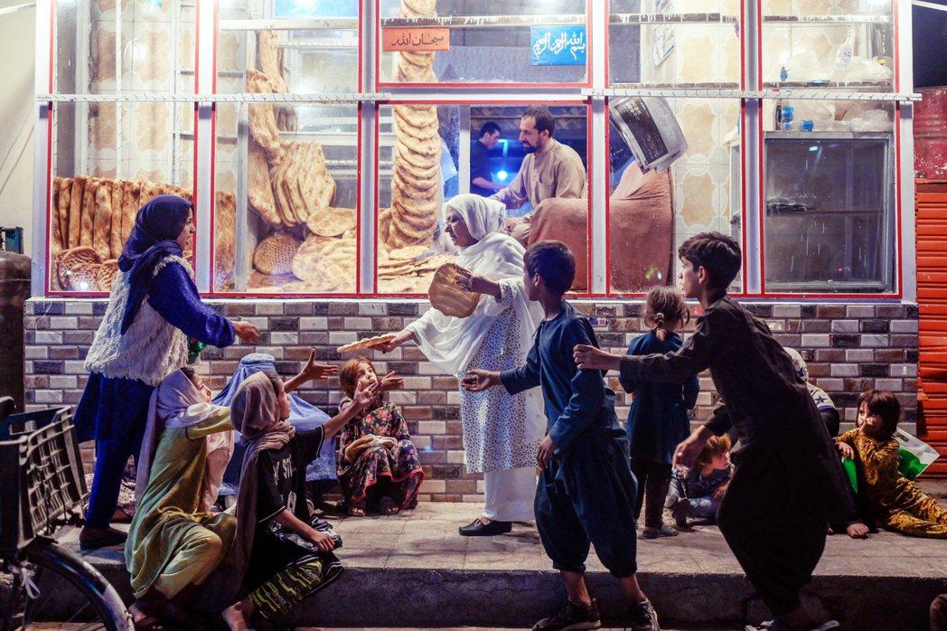 缺少現金周轉、四面邊境又遭鄰國嚴加封鎖的狀況,阿富汗自8月開始陷入了一連串的危機...
