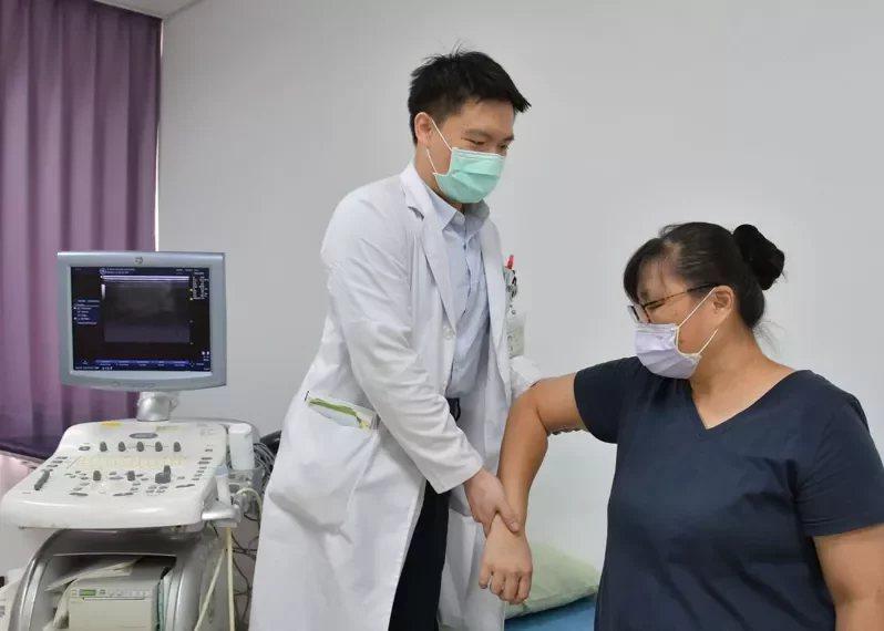 醫師透過臨床診斷方式,評估患者五十肩活動度。 圖/衛福部台中醫院提供