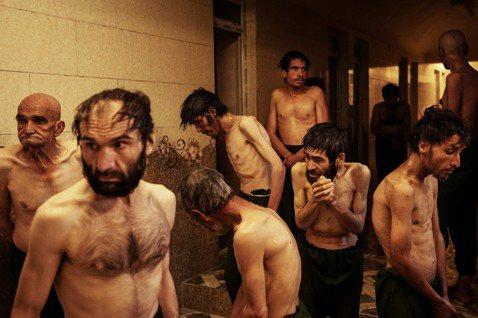 在一場於10月初的突襲行動中,塔利班拘留了大批吸毒者並且將他們送進治療中心。據美...