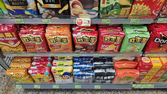 一名網友和同事去超商領五倍券,經過洋芋片零食區時,相當震驚,每包零食都壓的方方正正的整齊地擺在貨架上。圖/PTT